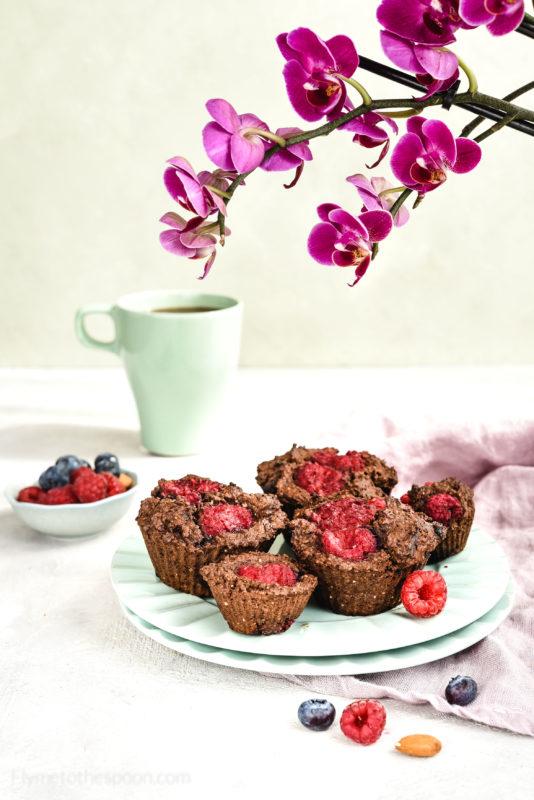 Muffiny migdałowe bez mąki z malinami i borówkami