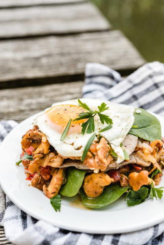 placuszki bezglutenowe kurki pomidory śniadanie fit zdrowe jajko sadzone