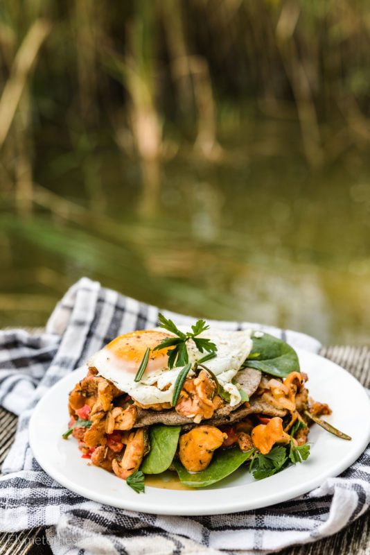 Placuszki gryczane z kurkami i jajkiem sadzonym kurki placki bezglutenowe pomidory szpinak śniadanie