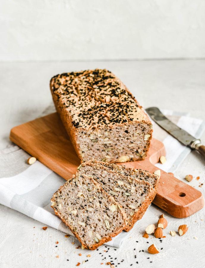 Bezglutenowy chleb gryczany z czarnuszką i migdałami – bez mąki i drożdży