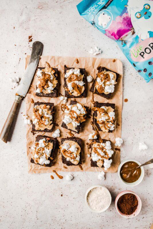 Brownie dyniowe z popcornem karmel masło orzechowe dynia orkiszowe ciasto czekoladowe