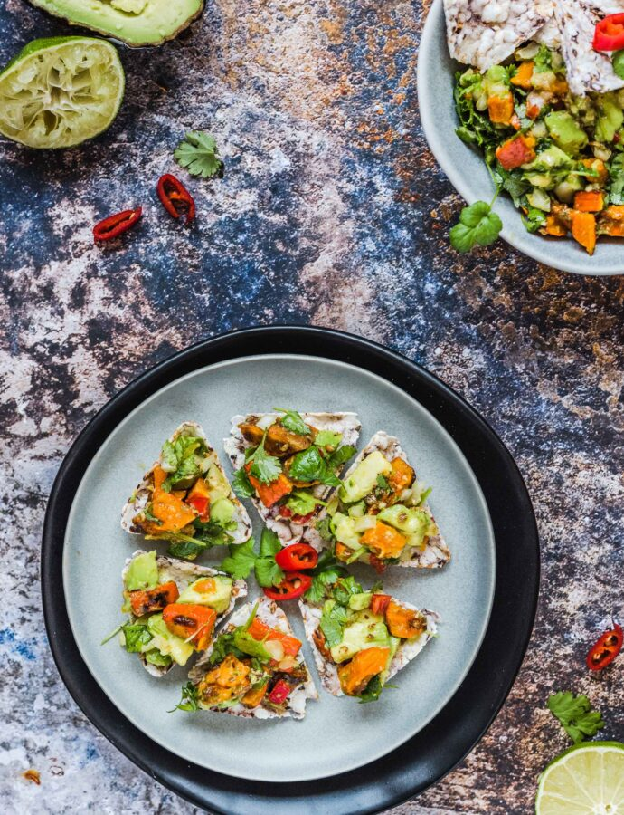 Dyniowe guacamole z piramidkami zbożowymi z niebieskiej kukurydzy
