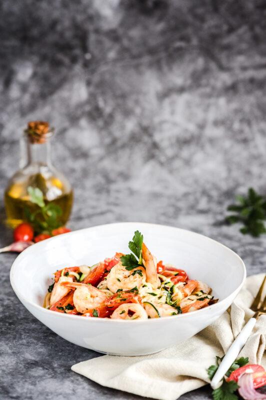 Krewetki z czosnkiem i pomidorkami ze spaghetti cukiniowym