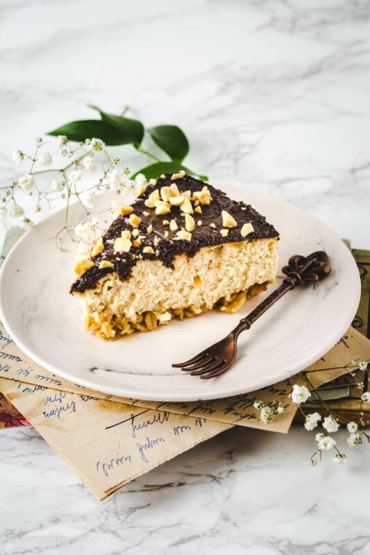 Sernik orzechowo - bananowy z czekoladą na owsianym spodzie