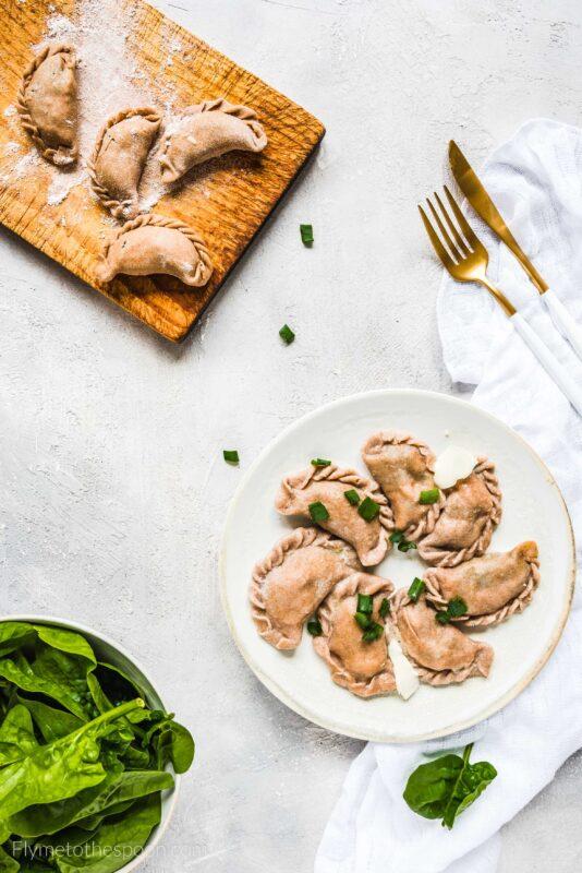 Pełnoziarniste pierogi z łososiem, szpinakiem i serem korycińskim