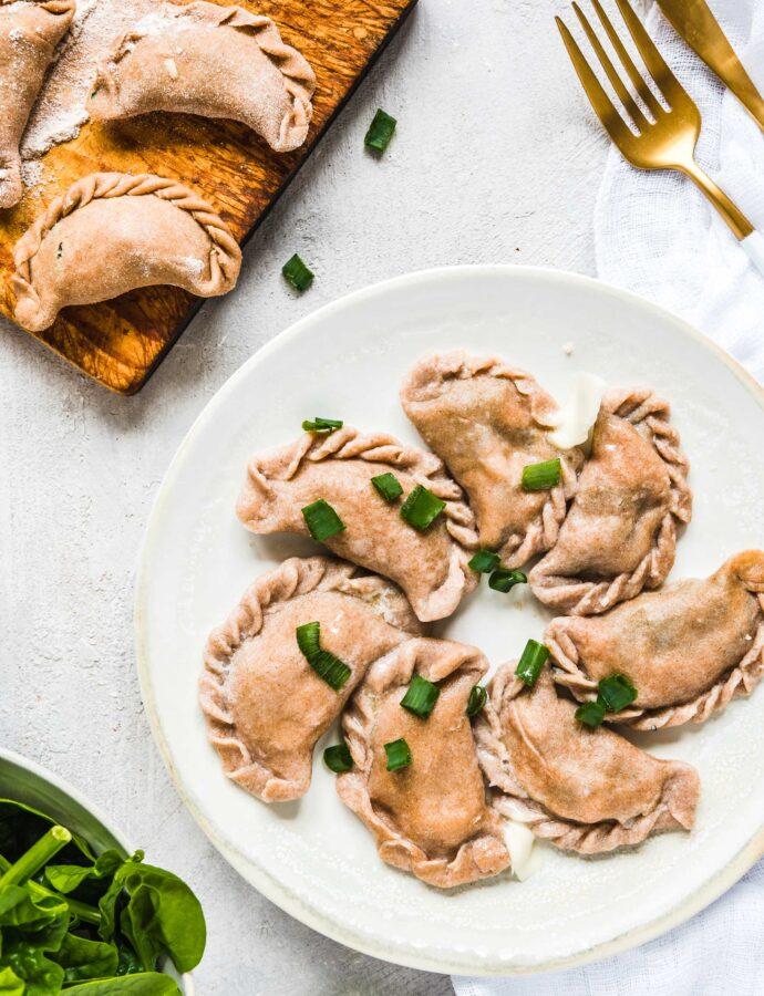 Pełnoziarniste pierogi ze szpinakiem i łososiem z serem korycińskim