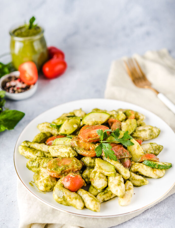 Gnocchi di ricotta – włoskie kluseczki z ricotty z pesto i pomidorkami koktajlowymi