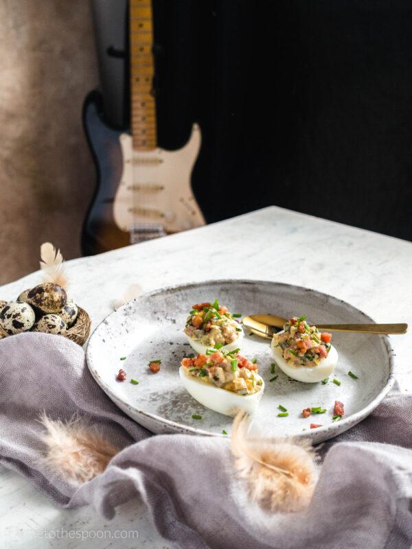 Jajka faszerowane boczkiem i korniszonami