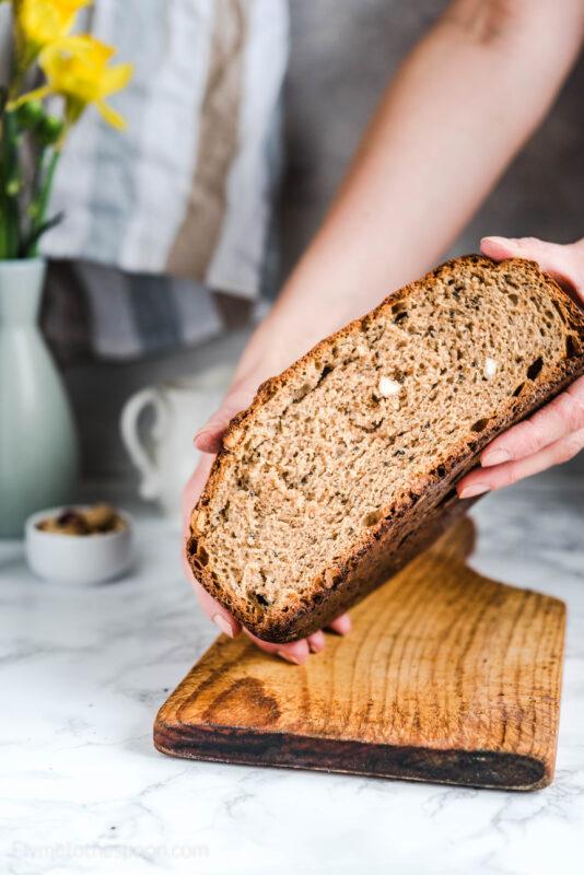 Najprostszy chleb na drożdżach bez wyrabiania z czarnuszką i migdałami