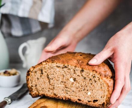 Najprostszy chleb na drożdżach bez wyrabiania z czarnuszką i migdałami (chleb orkiszowy)