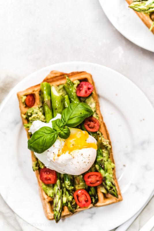 Pełnoziarniste gofry z awokado i szparagami z jajkiem w koszulce - wytrawne gofry na śniadanie
