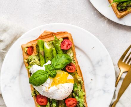 Pełnoziarniste gofry z awokado i szparagami z jajkiem w koszulce – wytrawne gofry na śniadanie