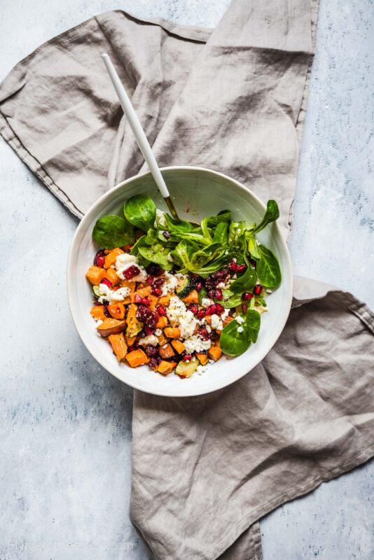 Sałatka z pieczonych warzyw z serem kozim - budda bowl z batatami i burakami