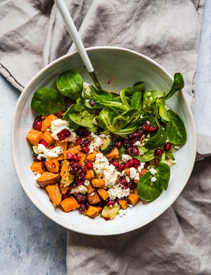 Sałatka z pieczonych warzyw z serem kozim – budda bowl z batatami i burakami