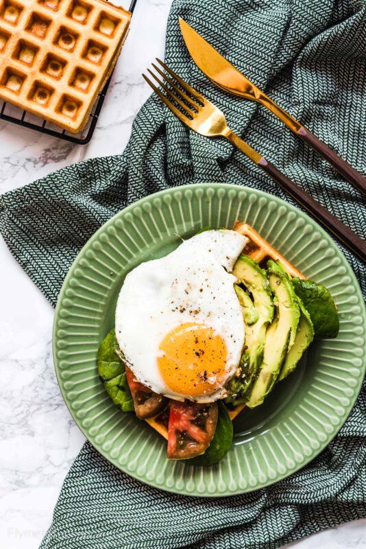 Bezglutenowe gofry jaglane z awokado i jajkiem sadzonym  - wytrawne gofry na śniadanie
