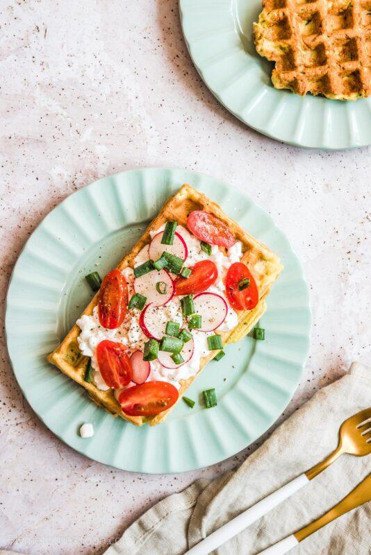 Bezglutenowe gofry z ciecierzycy i cukinii z twarożkiem, pomidorami i rzodkiewką - wytrawne gofry na śniadanie