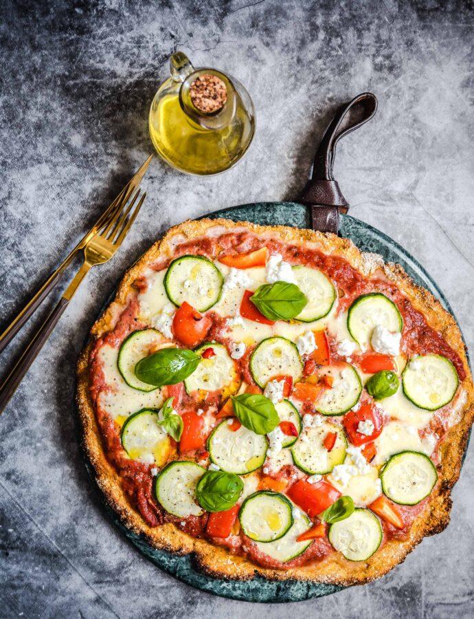 Bezglutenowa pizza z batatów z cukinią i kozim serem