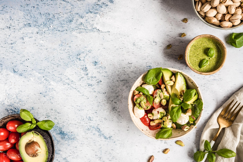 Sałatka caprese z awokado i dressingiem bazyliowym z pistacjami