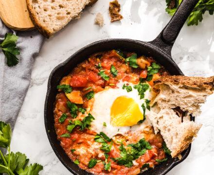 Szakszuka z cukinią i bakłażanem – łatwe jajka w pomidorach