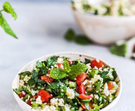 Tabbouleh z kaszą jaglaną – sałatka ziołowa z pomidorami