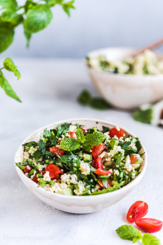 Tabbouleh z kaszą jaglaną - sałatka ziołowa z pomidorami