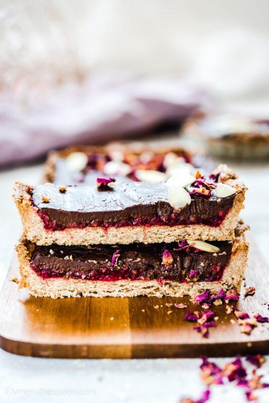 Tarta z czekoladą i malinami różanymi - mazurek malinowo - czekoladowy z  różanym musem malinowym