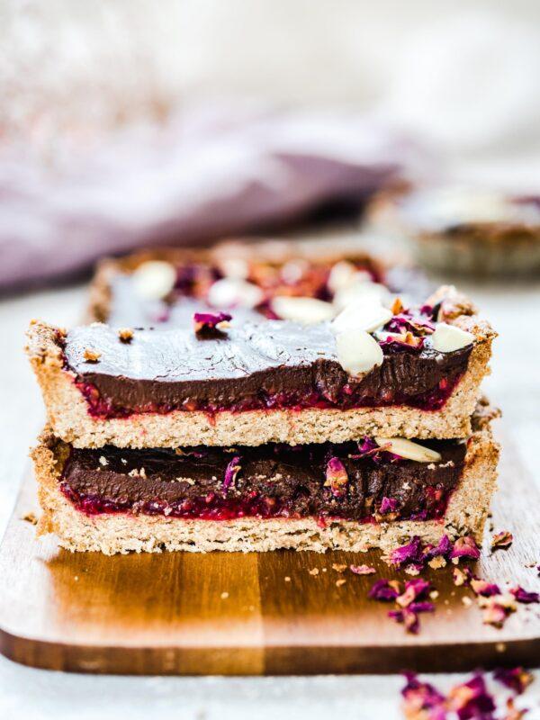 Tarta z czekoladą i malinami różanymi – mazurek malinowo – czekoladowy z  różanym musem malinowym