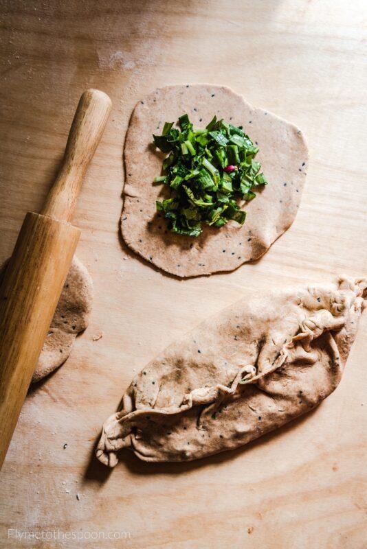 Ormiański chlebek z ziołami - czosnkiem niedźwiedzim i liśćmi rzodkiewki - zhingaliov hac