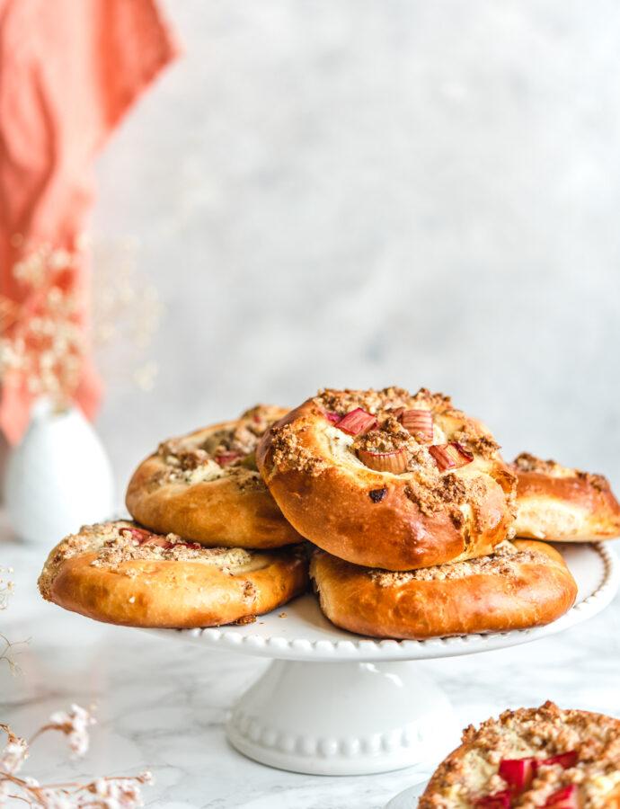Drożdżówki z serem i rabarbarem z migdałową kruszonką