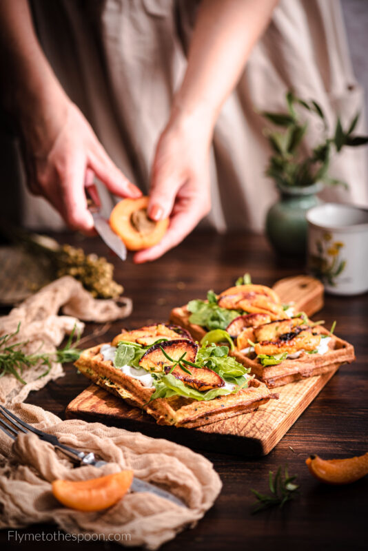 Bezglutenowe gofry z cukinii i ciecierzycy z twarożkiem kozim z grillowanymi brzoskwiniami i morelami