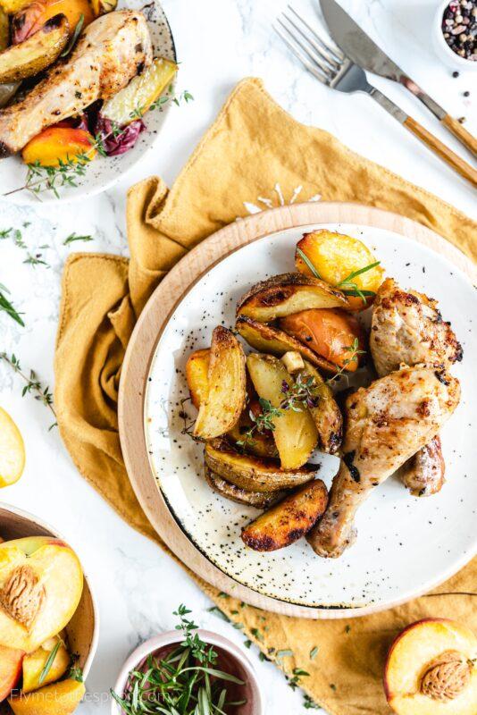 Podudzia z kurczaka pieczone z brzoskwiniami i ziemniakami