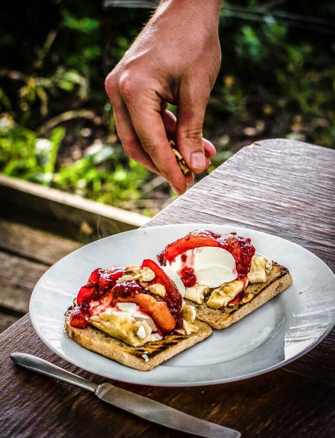 Tosty z bananem i śliwkami z jogurtem – pyszny sposób na czerstwy chleb