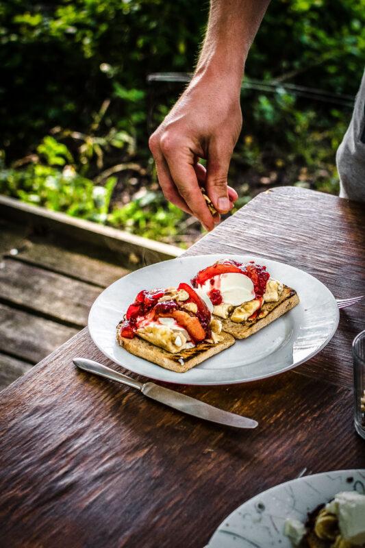 Tosty z bananem i śliwkami z jogurtem - pyszny sposób na czerstwy chleb