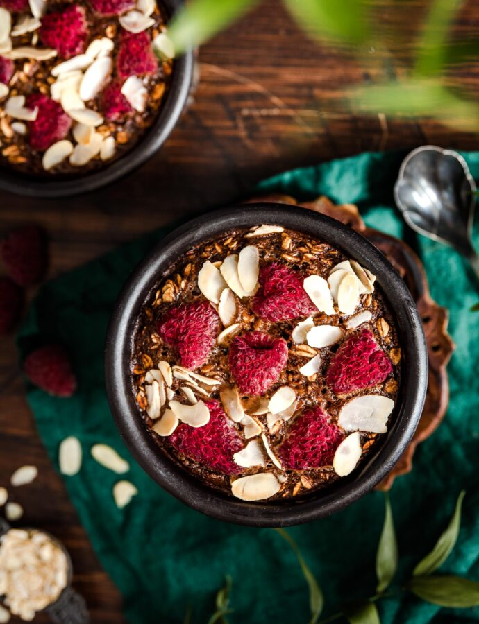 Pieczona owsianka czekoladowa z malinami i różą