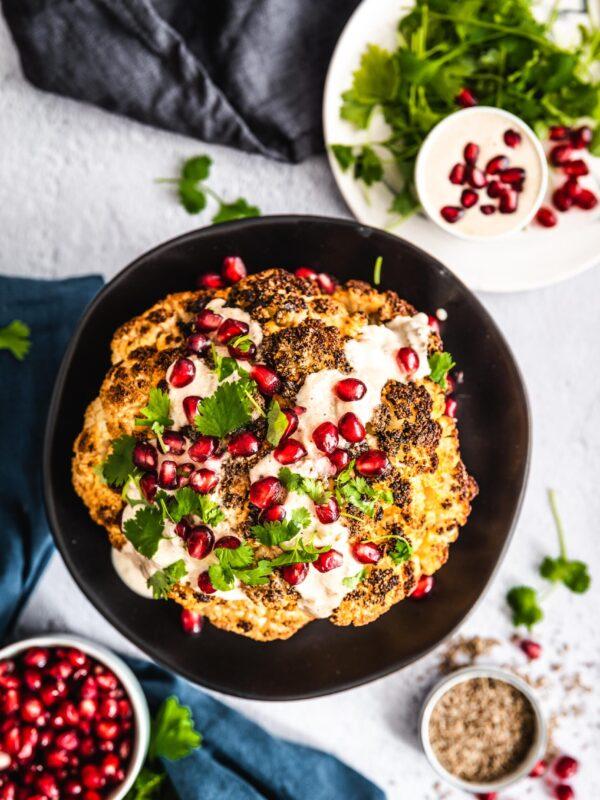 Kalafior pieczony w całości z tahini