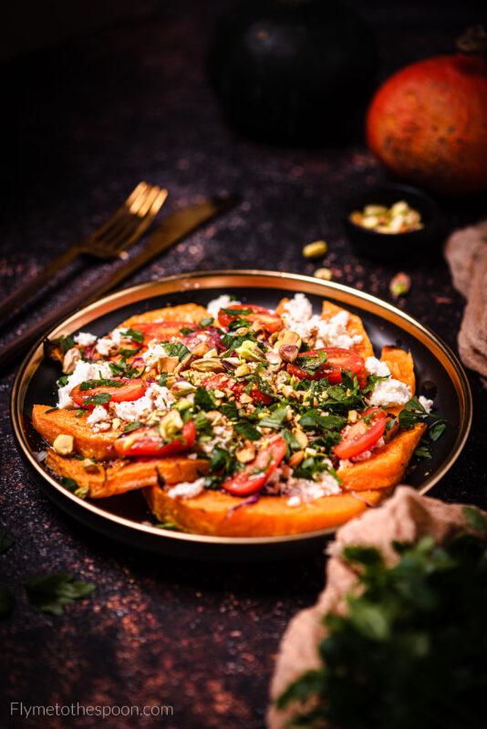 Pieczona dynia z serem kozim i pistacjami