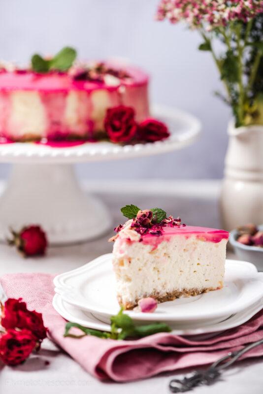 Sernik różany z białą czekoladą