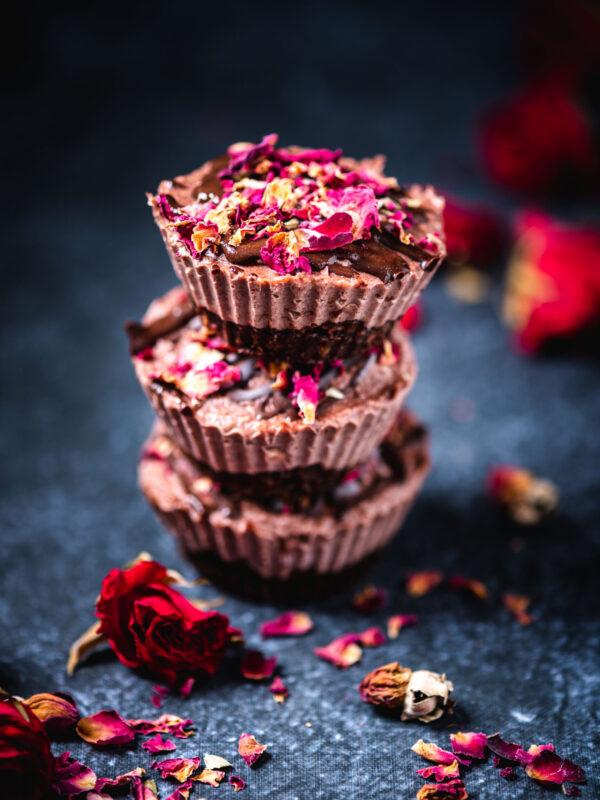 Wegańskie serniczki kakaowo – różane