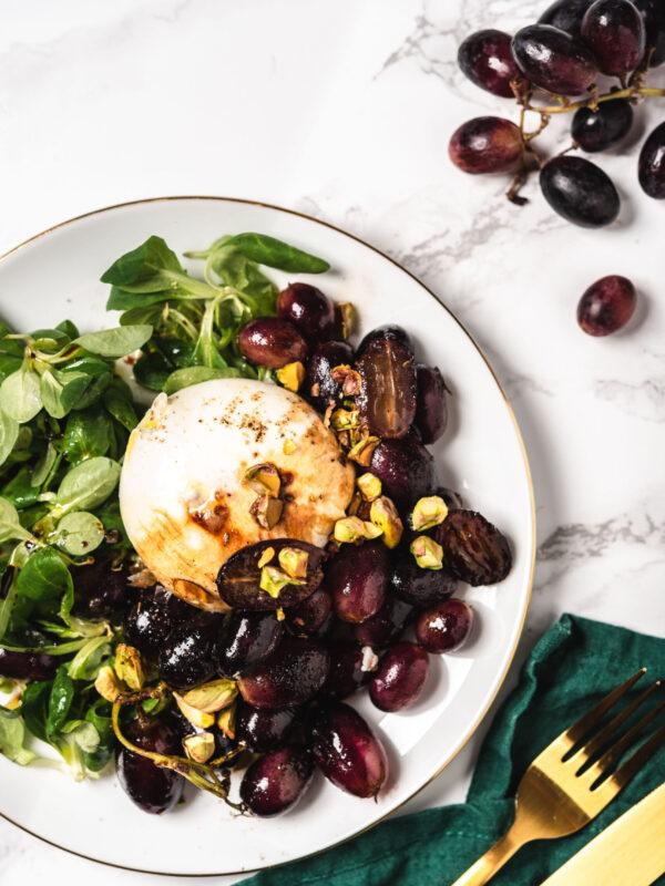 Burrata z winogronami i pistacjami