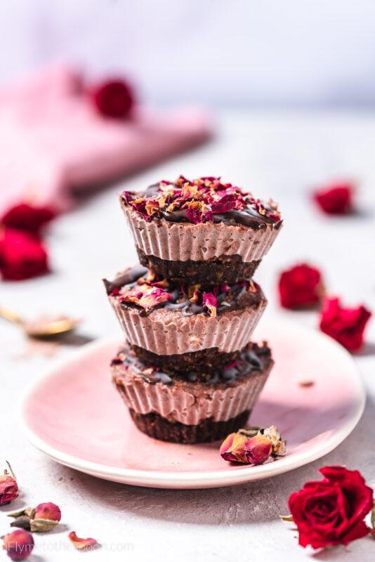 Wegańskie serniczki kakaowo - różane