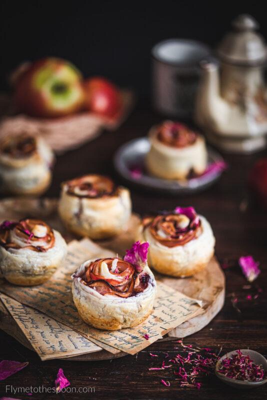 Jabłkowe róże z ciasta francuskiego z migdałami