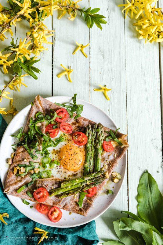 Naleśniki gryczane z jajkiem i szparagami - galettes bretonnes