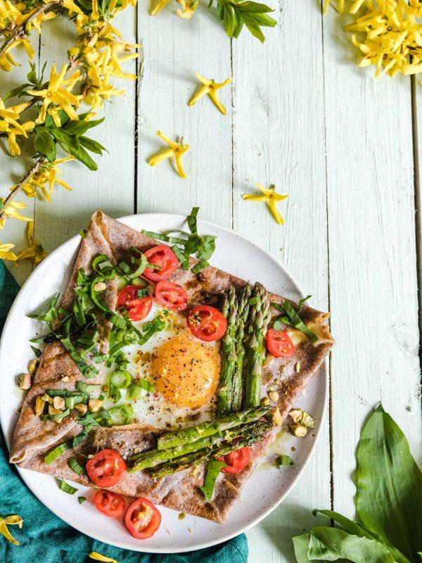 Naleśniki gryczane z jajkiem i szparagami – galettes bretonnes