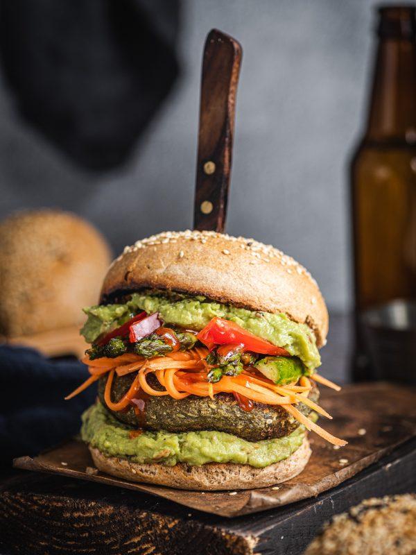 Wegańskie burgery azjatyckie z awokado, piklami i szparagami