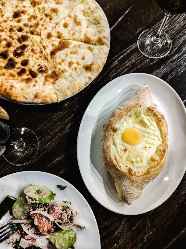 Co zjeść w Gruzji  chaczapuri adżarskie i imerytańskie